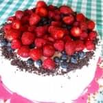 Bolo de aniversário com recheio de chantilly e compota de frutos silvestres
