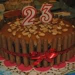 Bolo de chocolate com cobertura de manteiga de amendoim e ganache de chocolate preto