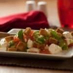 Salada de queijo fresco, tomate e manjericão