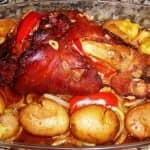 Pernil de porco fumado assado no forno com batatinhas a murro.