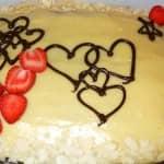 Bolo de chocolate (humedecido com leite aromatizado com canela e baunilha) com recheio e cobertura de creme pasteleiro