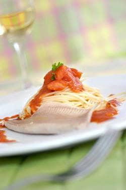 A truta, o vinho branco e o limao dão o sabor nessa receita leve e saborosa.