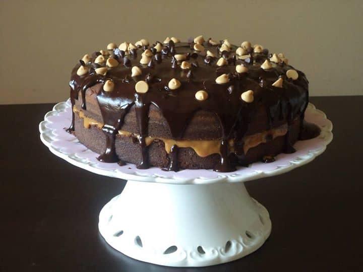 Bolo de Chocolate com Recheio de Doce de Leite e Cobertura de Chocolate