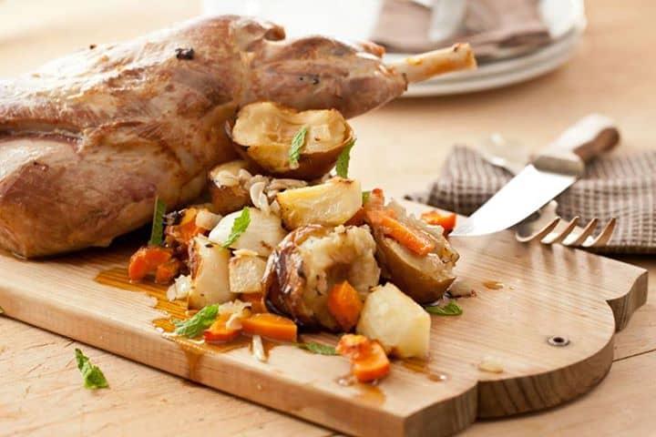 Perna de borrego no forno com legumes e maçã reineta