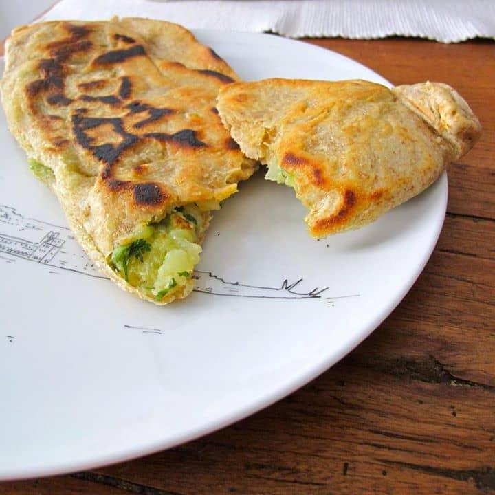 Bolani (pães recheados com batata e coentros)