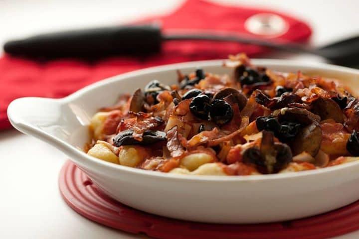 Nhoquis com cogumelos, azeitonas e tomate