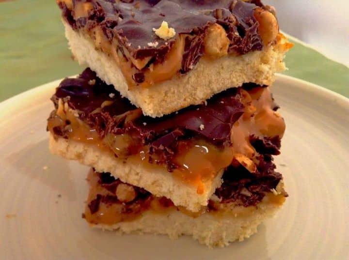 Quadrados de amendoim, chocolate e doce de leite