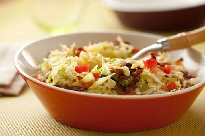 Salada de couve com pevides e toucinho crocante