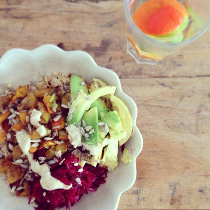 Conheço este prato por Buddha Bowl (tigela do Buda) e ou tigela arco-íris ...