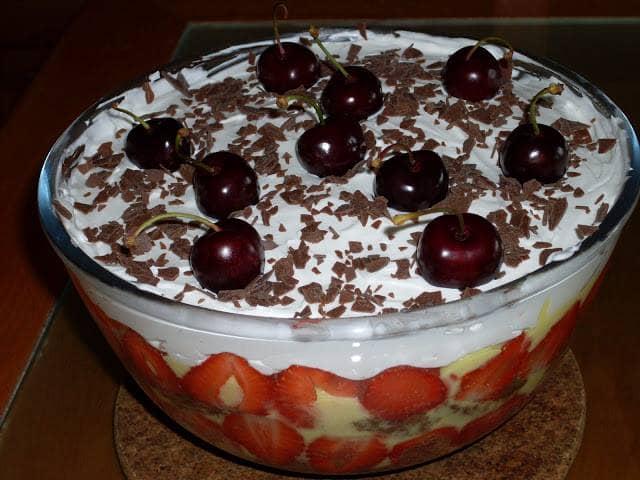 Trifle de chocolate, morangos e cerejas