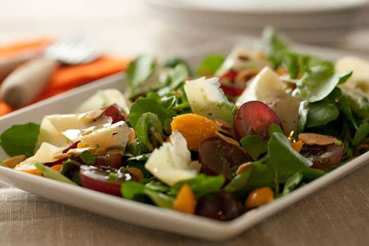 salada de uvas, com amêndoas torradas e queijo Ilha