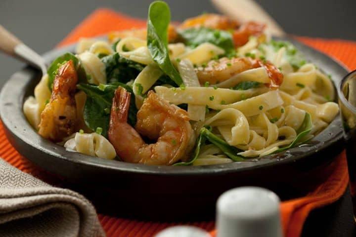 Tagliatelli com camarão espinafres e alho