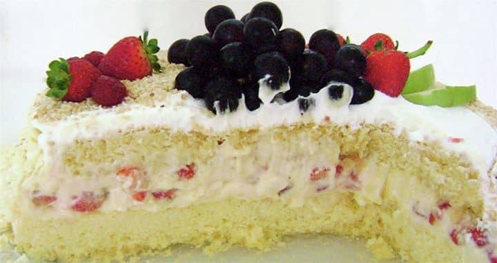 Torta de chocolate branco, limão e morango
