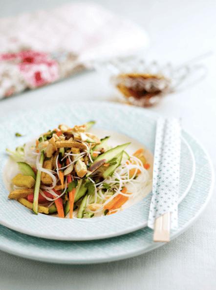 Noodles com tiras de tofu crocante e legumes