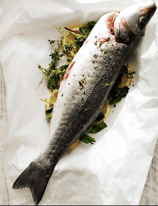 Peixe assado com oregãos e hortelã