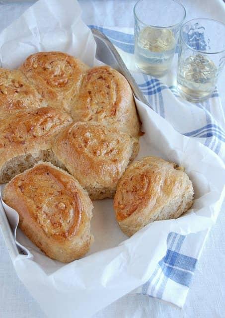 Pãezinhos de cebola e queijo