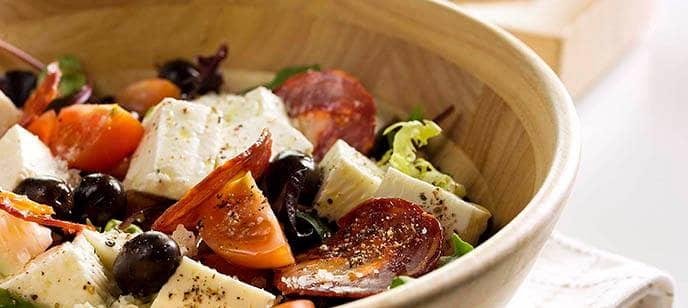 Salada de alface, tomate, queijo fresco, azeitonas e coentro
