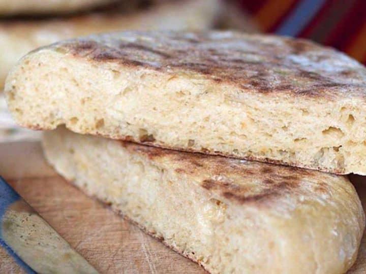 Aqui vai o Bolo do Caco, um pão de trigo típico da Ilha da Madeira, uma receita tradicional, simples e fácil de confeccionar, pois pode ser feita em qualquer frigideira, por não necessitar do calor intenso de um forno de pão.