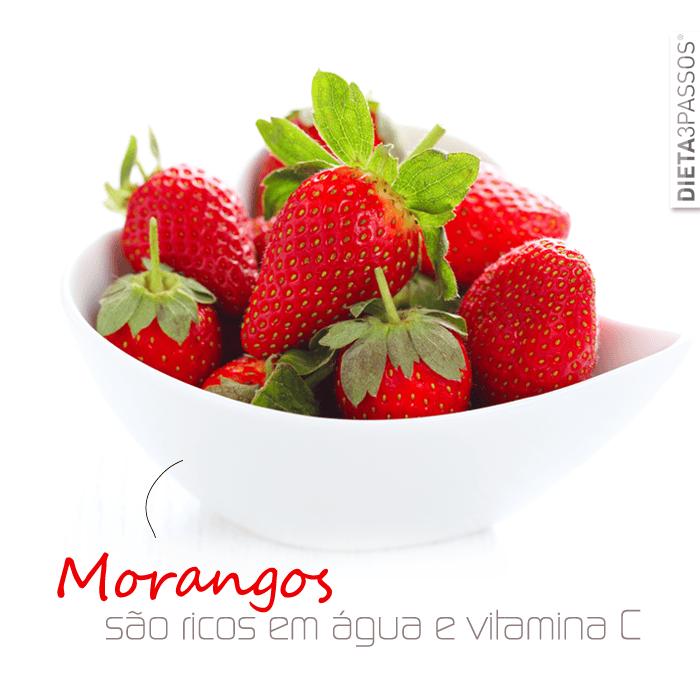 Os morangos são um fruto muito rico em água (90%) e vitamina C.