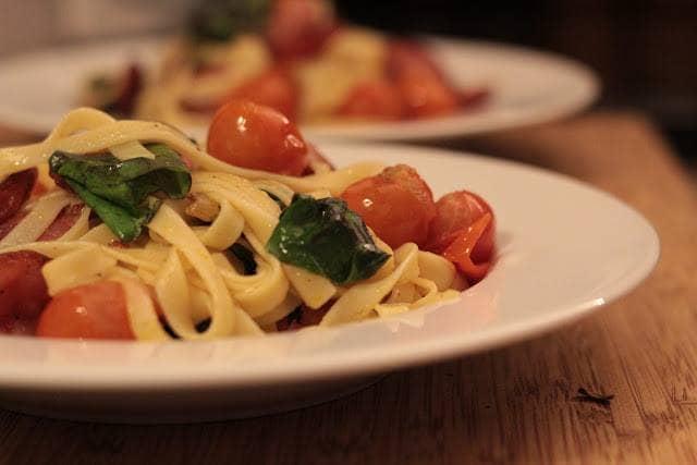 Fetucinni com Tomate e Manjericão