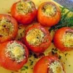 Tomate recheado com bacalhau desfiado