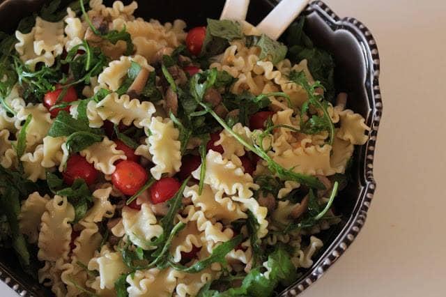 Salada de Massa com Rúcula, Tomate e Cogumelos