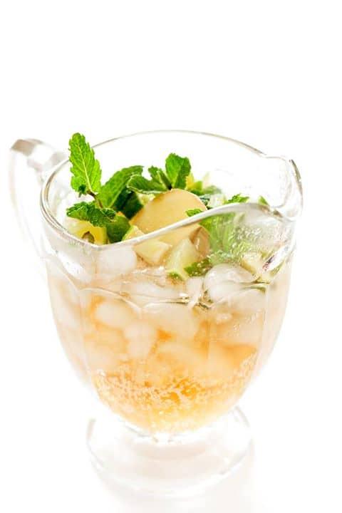 Bebida de gengibre e hortelã