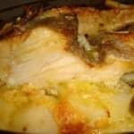 Bacalhau no forno em cama de cebola e batatas