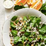 Salada de arroz com grão com molho de iogurte e laranja