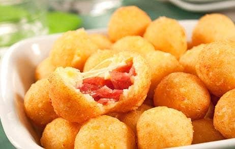 Bolinhas de queijo recheadas com salame