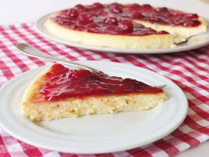 Uma mistura de bolo e torta, bem fácil de fazer... Iogurtecake com Compota de Cereja!