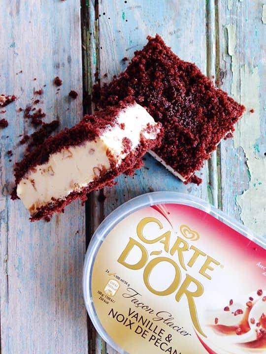 bolo de chocolate recheadas com gelado de baunilha e noz pecan