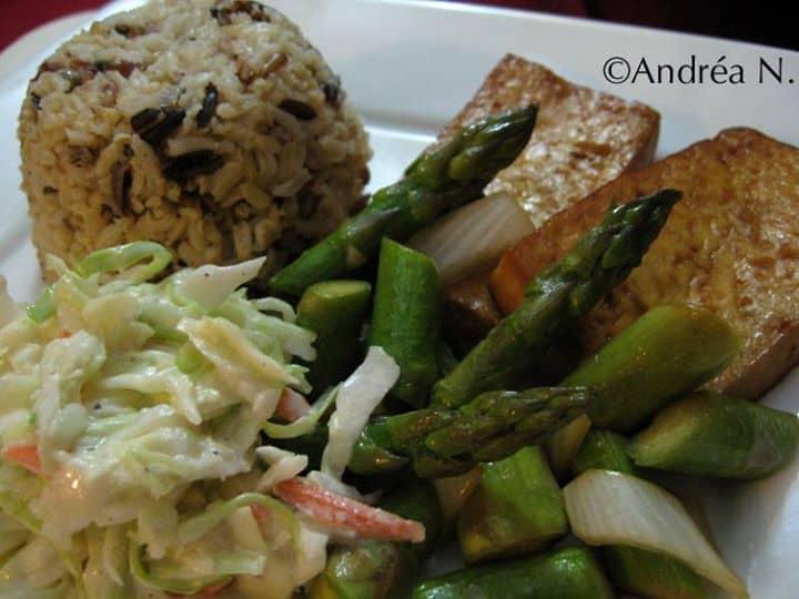 Tofu grelhado, aspargos salteados e coleslaw