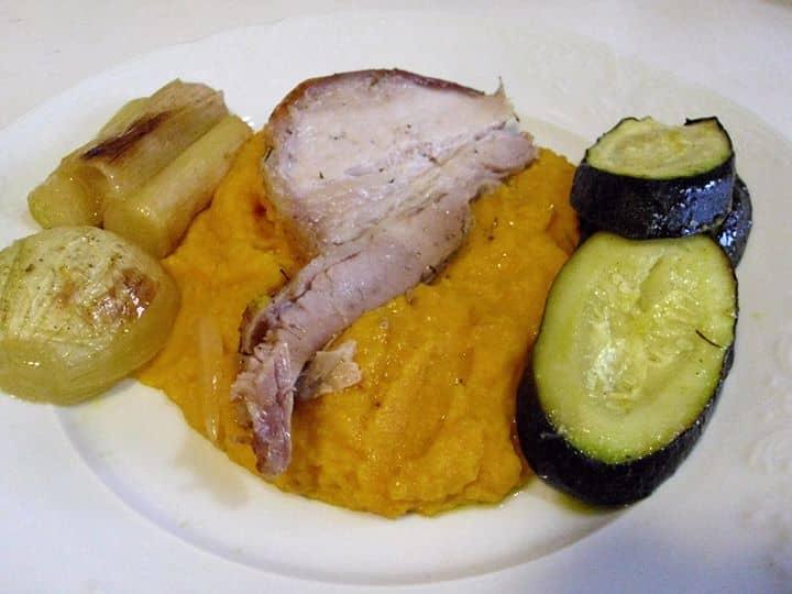 Entremeada, puré de cenoura e legumes no forno