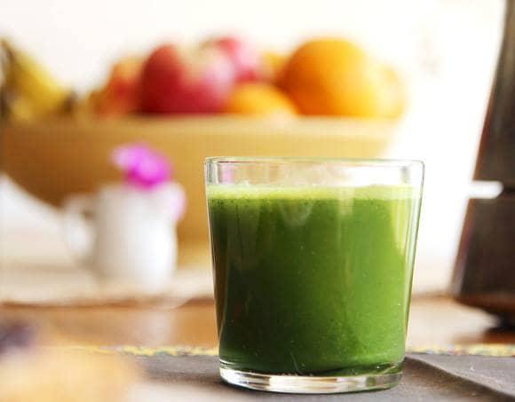 Sumo verde de tangerina com taioba e pepino