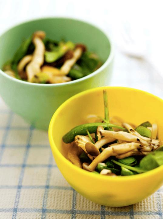 Noodles com Cogumelos salteados e espinafres bebé