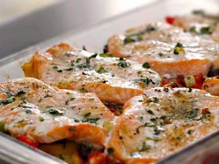 Salmão Assado com Vegetais ao Azeite