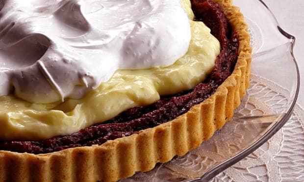 Torta de doce de banana com creme de baunilha e merengue