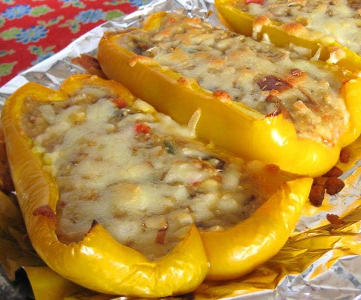 Pimentão recheado com cogumelos, castanha e molho de gorgonzola