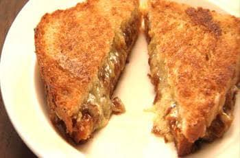 Sanduíche de queijo quente com cebolas carameladas