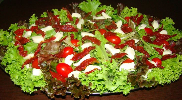 Salada de Folhas com Tomate seco e Muçarela de Búfala