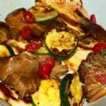 Peito de frango em cama de tomate e cogumelos
