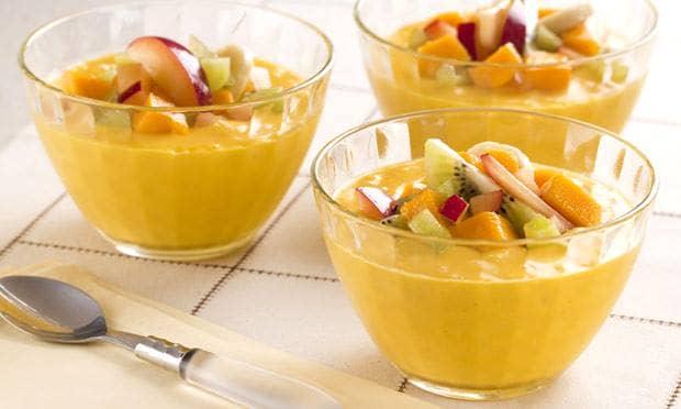 Gelado de manga e coco com salada de frutas