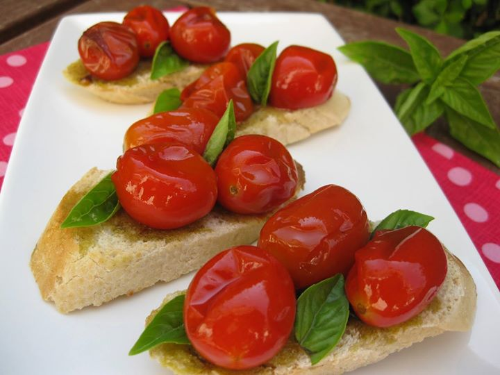 Pão torrado, tomate fresco, queijo e manjericão fresco