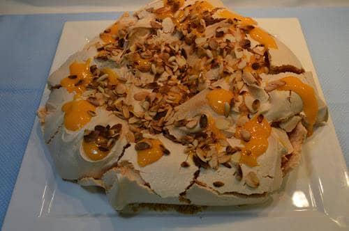 Pavlova com doce de ovos, amêndoa e pinhão