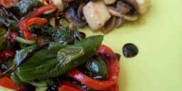 Tapas de Cogumelos Salteados e Pimentos Padrón com Azeite e Flor de Sal