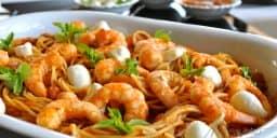 esparguete com camarão e molho de tomate e vinho branco
