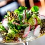 Salada de Folhas Verdes Manga Tomate Seco e Camarão