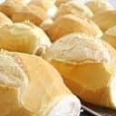 Pão francês assado com creme de alho
